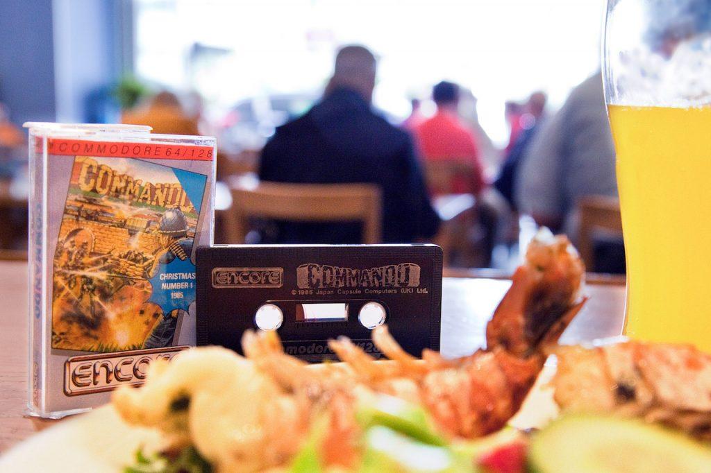 """Super Joe und Super Garnelen: 29 Jahre nach dem Commando in Wien gekauft wurde, kehrt es zu seinem Ursprung zurück, wo heute eine maritime Fast Food Kette Meeresfrüchte denn Software und Fotoartikel reicht (im Bild die Commando Kassette aus dem Elite Systems Budget Sortiment """"Encore""""). (Foto: Andreas Wanda)"""