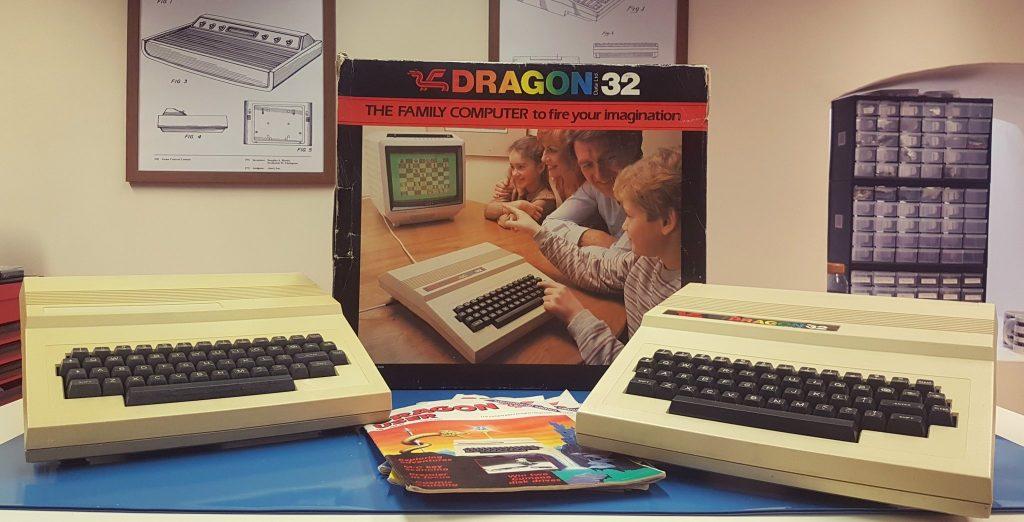 """Zwei Dragon Computer aus dem Bestand von """"Retro Man Cave"""". (Bild: Neil, Twitter: @TheRetroManCave)"""