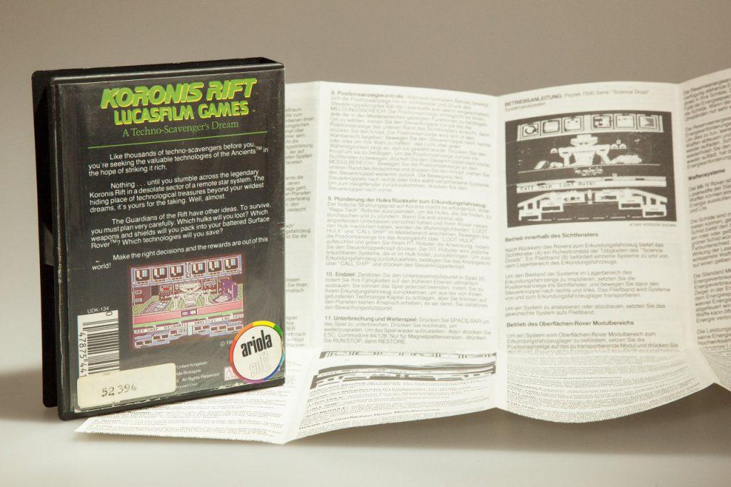 Die Spieleanleitungen von Lucasfilm Games waren wie auch bei Koronis Rift umfassend und versetzten den Leser sofort in die fantastische Spielewelt. Wie der Ariolasoft-Sticker verrät, hatte man in den 1980ern beim Plattenlabel Ariola beschlossen, in den boomenden Softwarevertrieb einzusteigen. (Bild: Andreas Wanda)