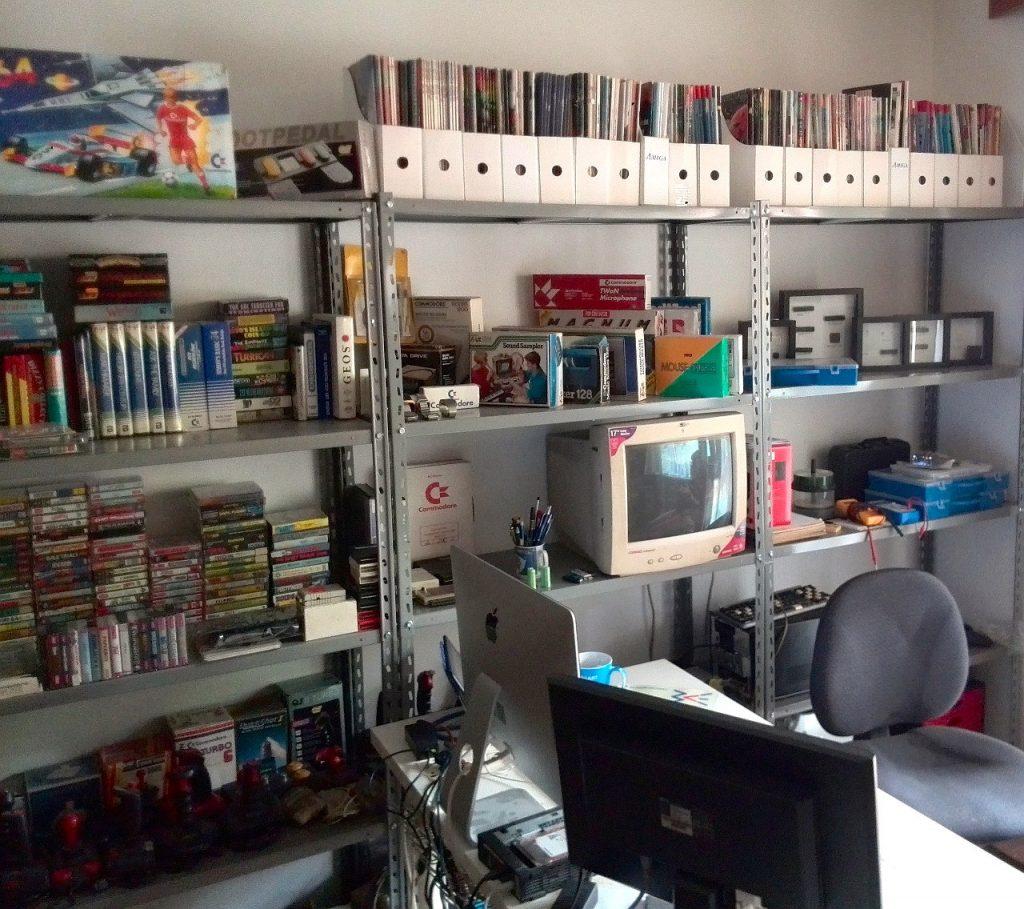 Mingos Arbeitsplatz. Oben rechts auf den Regalen befindet sich die Zeitschriftensammlung. (Bild: Domingo Fivoli)
