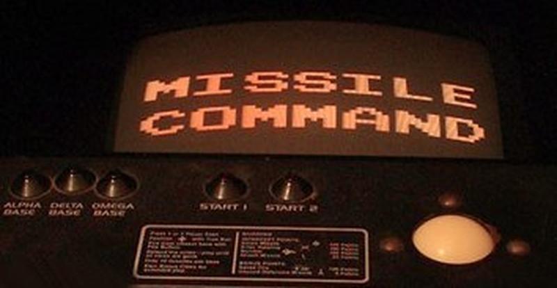 Die Steuereinheit eine Original Missile Command Spielautomatens. Auf der rechten Seite ist deutlich der weiße Trackball zu erkennen. (Bild: Atari)