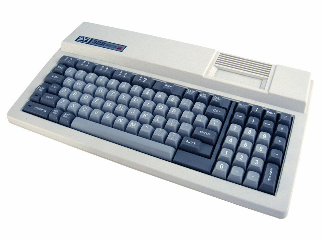 Der SVI 328 (die zweite Revision des SV 328) hatte ein modernes Design und wirkte mit seinen abgesetzten 10er Block und den Cursor-Tasten sehr professionell. Letztendlich war die Tastatur leider von minderer Qualität, die Anschlüsse auf der Rückseite waren billig und nicht genormt. Um einen Drucker oder ein Diskettenlaufwerk anschließen zu können, musste eine teure Erweiterungskarte gekauft werden. (Bild: Torsten Othmer)