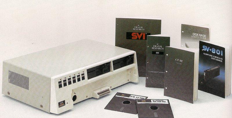 Der SVI-605 / 605B Super Expander bot ein oder zwei 5 ¼ Zoll Diskettenlaufwerke, die Disketten mit einer Kapazität von 256 Kilobyte - unformatiert - nutzen konnten. (Bild: Torsten Othmer)