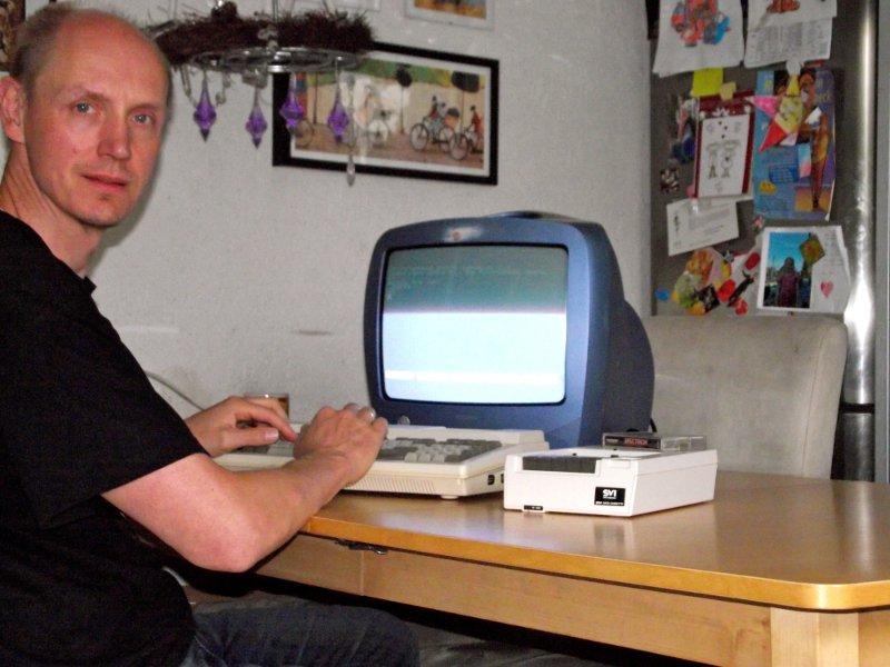 Der Autor mit seinem, extra für die Artikelrecherche im Betrieb genommenen, Spectravideo SVI-328 samt dazugehörigen Kassettenlaufwerk. (Bild: Torsten Othmer)