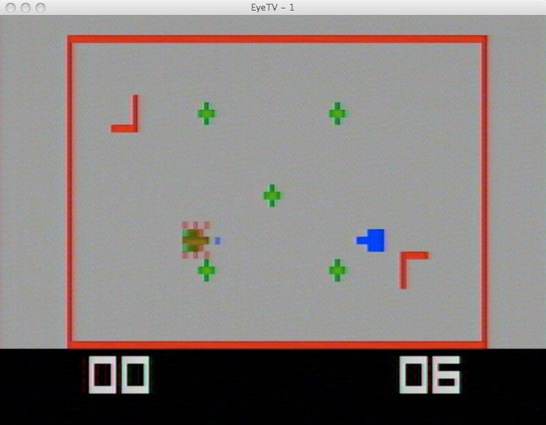 Das Panzerspiel mit einem getroffenen grünen Panzer. Die Kreuze stellen Minen dar. (Bild: Torsten Othmer)