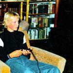 Ich mit ungefähr dreizehn Jahren. Unten rechts erkennt man das Atari VCS 2600 mit dem ich bei meinen Freund Matthias gespielt hatte. Ich halte übrigens gerade das Tatstatur-Pad in der Hand, mit dem man das Spiel Memory spielte. (Bild: Torsten Othmer)