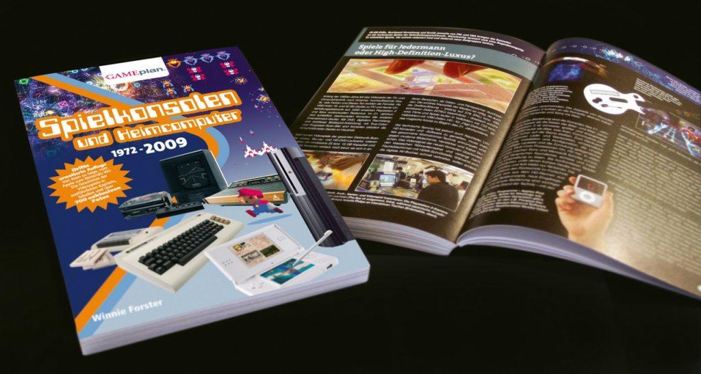 Spielkonsolen und Heimcomputer 1972 - 2009 aus dem Gameplan-Verlag. (Bild: Winnie Forster)
