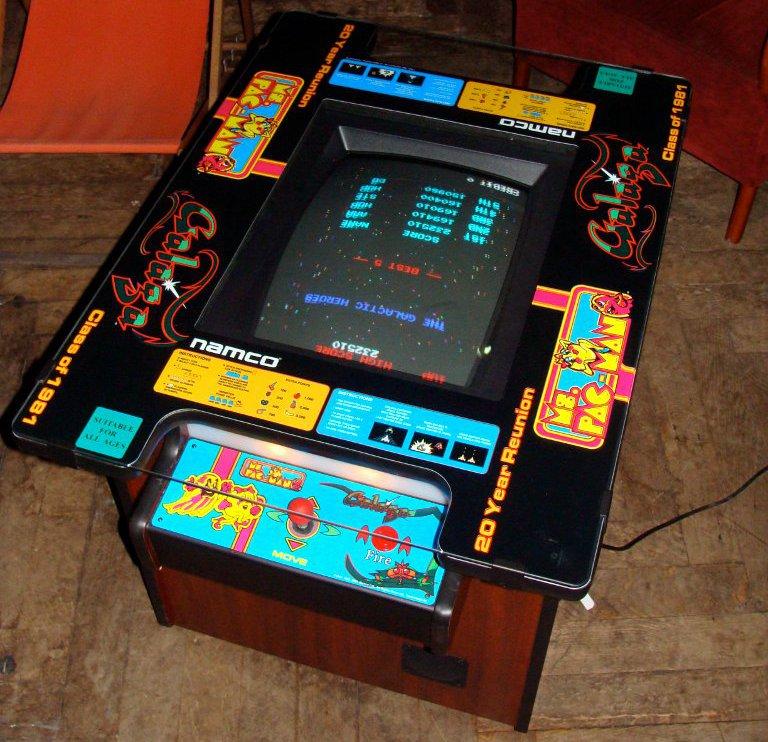 So genannte Cocktail Tables mit verschiedenen Videospielen wurden in den Achtziger Jahren vom amerikanischen Hersteller Bally Co. vertrieben. (Bild: André Eymann)