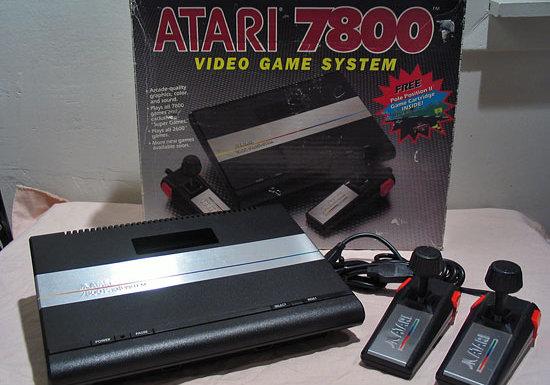 Das System Atari 7800 gab es bei uns ab 1986. Diese Konsole konkurrierte auf dem Markt mit dem Nintendo NES und Sega Master System. Der Vorgänger des 7800 war das Modell 5200. (Bild: Atari)