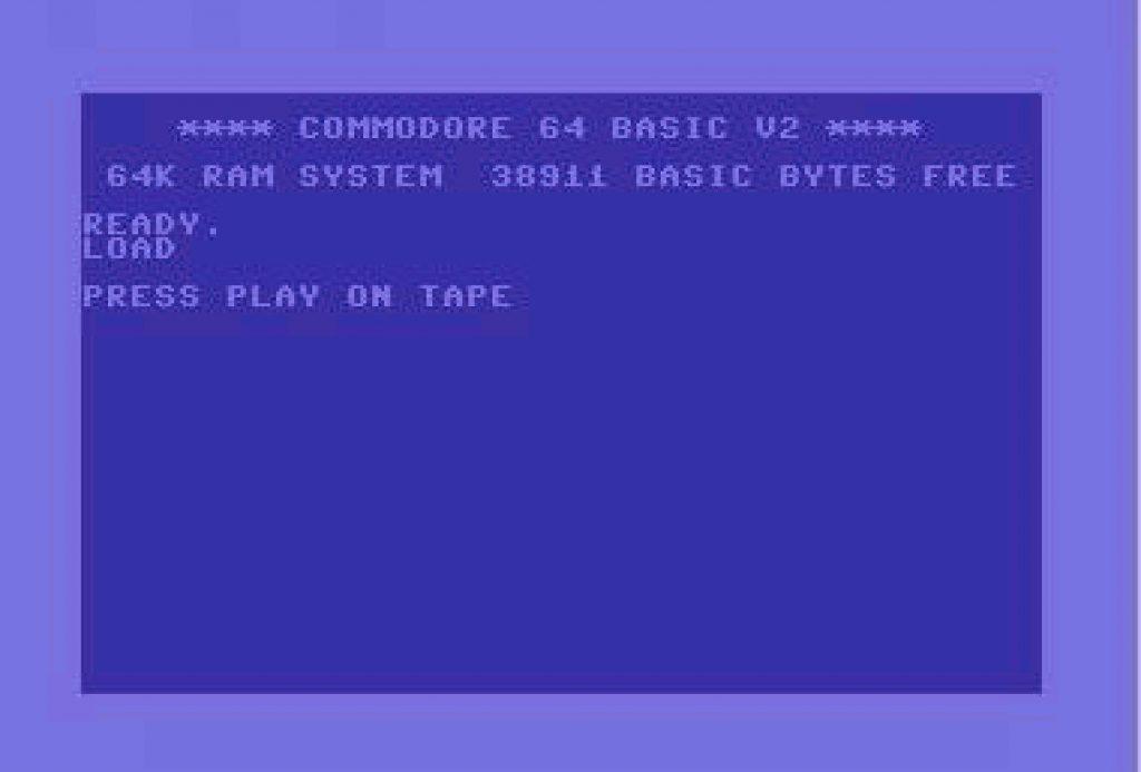 Mit dem C64 BASIC-Kommando LOAD wurde der Ladevorgang von der Datasette gestartet. Der C64 gab daraufhin die Meldung PRESS PLAY ON TAPE aus. (Bild: Commodore)