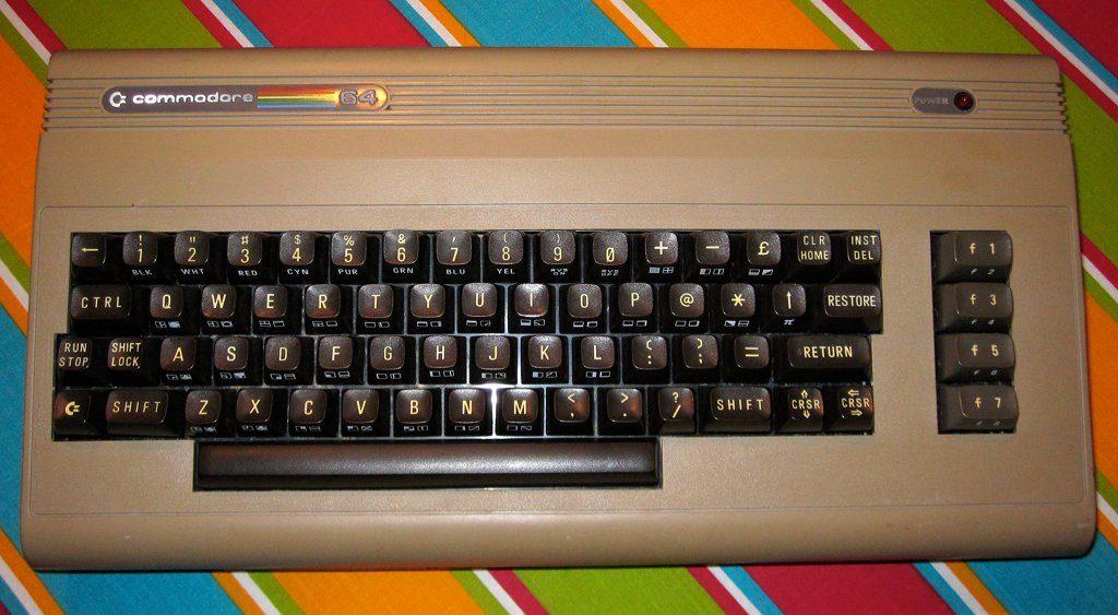Der Commodore 64 (ab 1982) in seiner ursprünglichen Form. Wegen des bauchigen Designs wurde dieses Modell liebevoll als Brotkasten bezeichnet. (Bild: André Eymann)