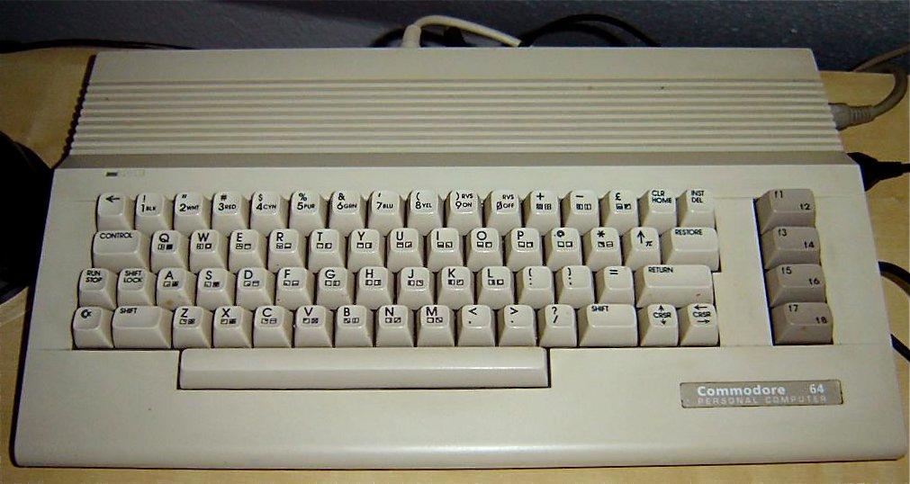 Das Modell Commodore 64 C oder auch C64 II (ab 1986) hatte ein neues Gehäuse und eine kleinere Hauptplatine. Technisch ist der mit dem Original identisch. (Bild: Toddy S)