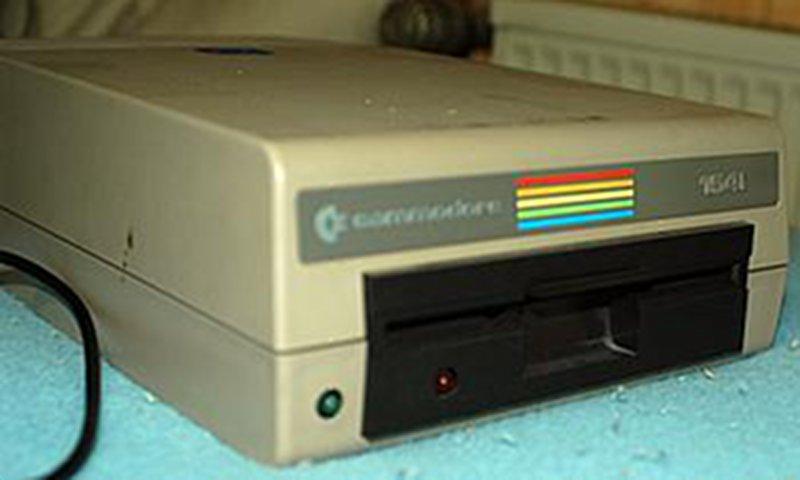 Das 5,25-Zoll-Diskettenlaufwerk VC 1541 kam 1982 in die Geschäfte und ermöglichte dem C64 Daten auf Disketten zu speichern. Die Ladezeiten wurden im Vergleich zur Datasette erheblich beschleunigt. (Bild: Toddy S)