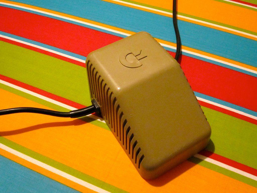 Das Netzteil mit dem abgeschrägten Gehäuse ist das bekannteste und wurde mit dem ersten Modell des Commodore 64 verkauft. (Bild: André Eymann)