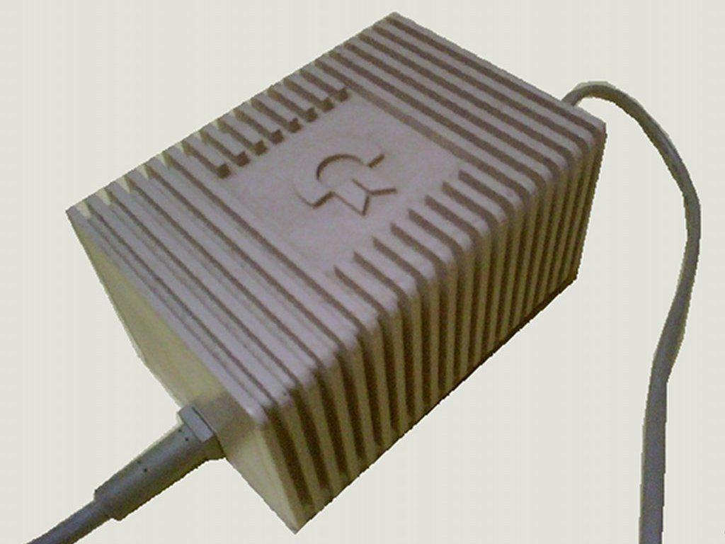 Dieses Netzteil hat eine eckigere Form und wurde später mit den Nachfolgemodellen C64 C und C64 G ausgeliefert. (Bild: Toddy S)