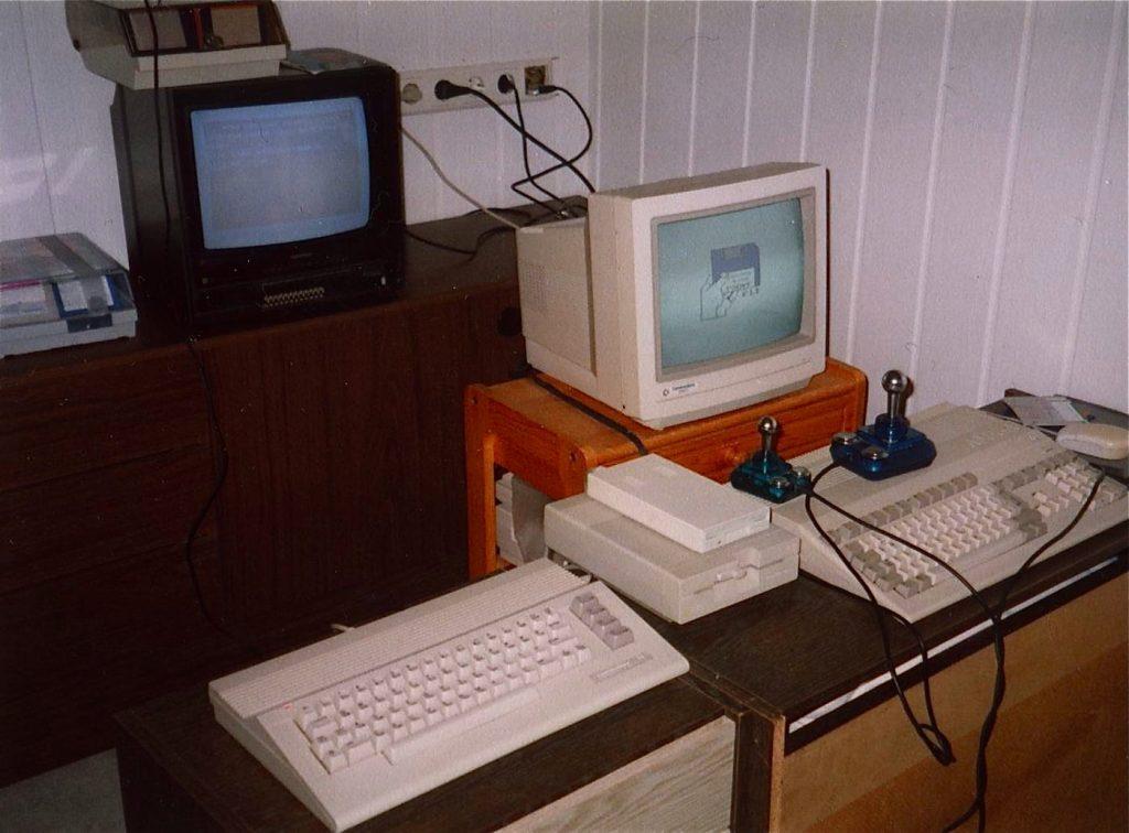 Die Commodore-Giganten auf einen Blick. Links der C64 und rechts davon der Amiga 500. (Bild: Toddy S)