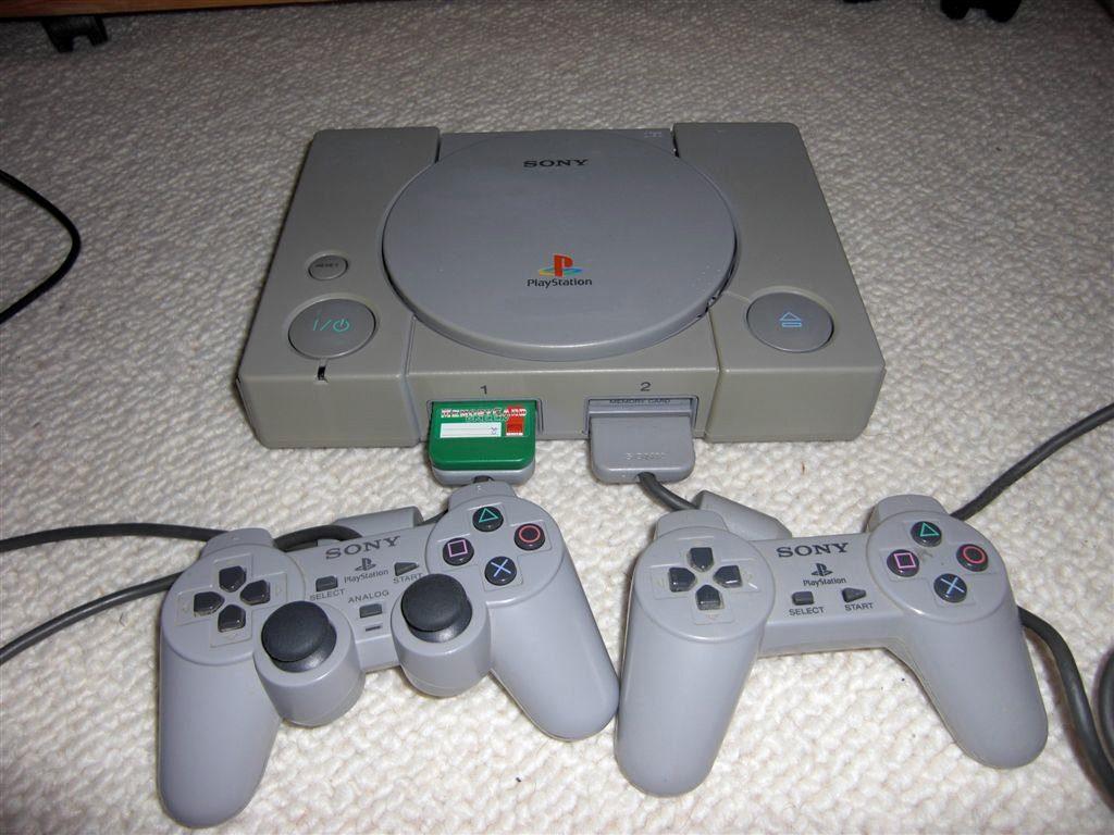 Die Herstellung der PlayStation von SONY wurde erst 2006 eingestellt. Insgesamt wurde die Konsole zwölf Jahre produziert und es wurden ca. 100 Millionen Geräte von diesem Modell verkauft. (Bild: Toddy S)
