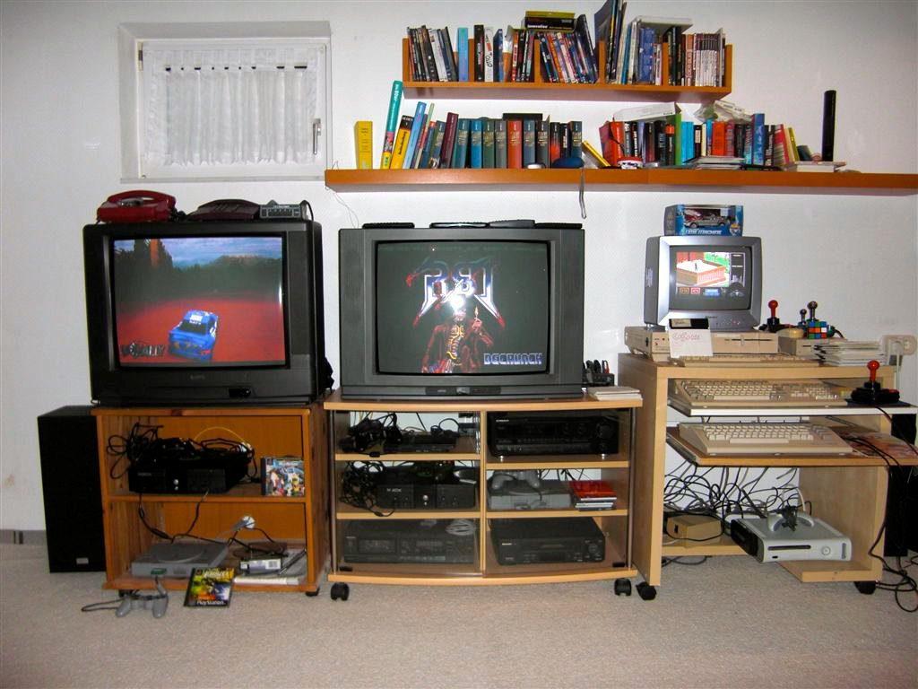 Konsolen der 5. und 6. Generation: Microsoft Xbox, SONY PlayStation und PlayStation 2. Hier wird noch auf richtigen Röhrenfernsehern gezockt. (Bild: Toddy S)