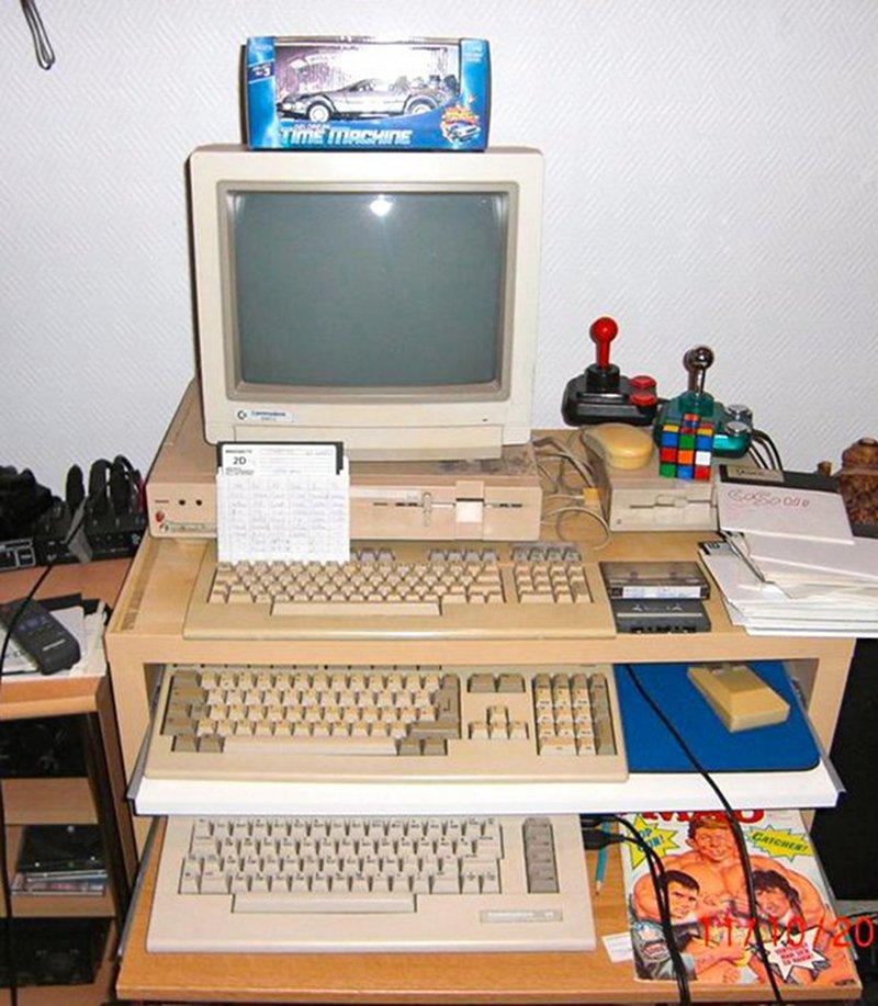 Der Retro-Power-Tower: Amiga 500, C128D und C64. Für Zwischendurch liegen Rubiks Cube und MAD-Magazin bereit. (Bild: Toddy S)