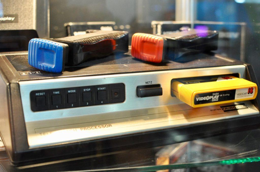 """Die ITT-Variante des System Fairchild mit zwei Controllern. Aufgenommen auf der gamescom 2010 in Köln im Rahmen der Wanderausstellung """"Haus der Computerspiele"""" von René Meyer. (Bild: André Eymann)"""