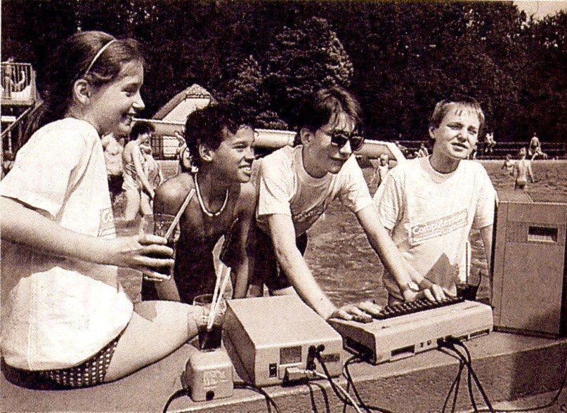 Beim Lernen und Spielen in einem Computercamp auf Schloß Dankern im Emsland. (Bild: IDG-Verlag, Computerzeitschrift RUN, 1985)
