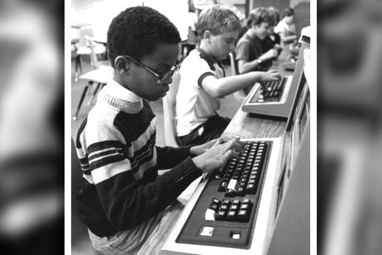 Ein Kind lernt an einem TRS-80 Model III. Foto von 1982. (Bild: PCWorld.com)