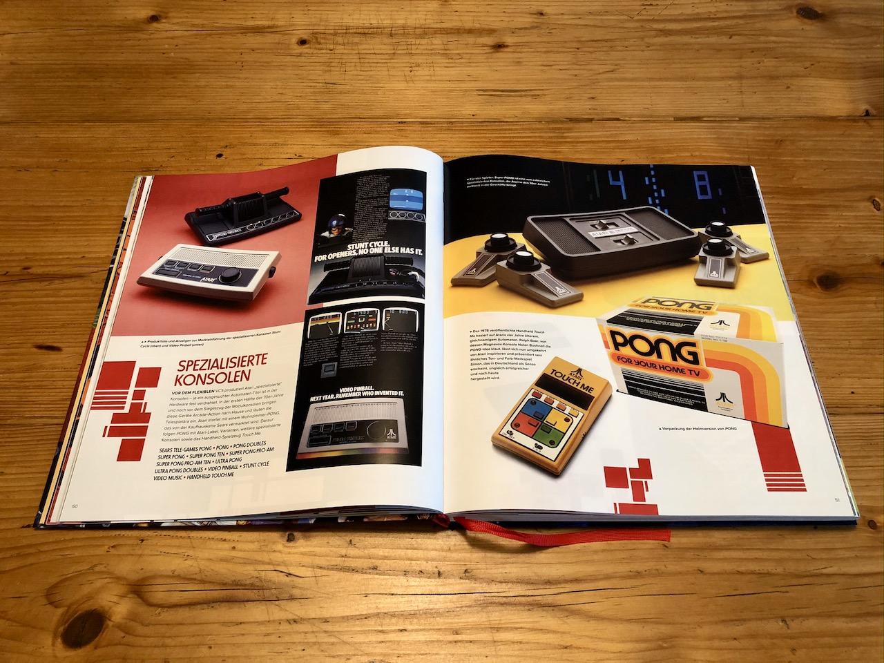 Im Kapitel HEIMKONSOLEN erfahren wir alles über ATARIs ikonische Spielkonsolen. (Bild: André Eymann)