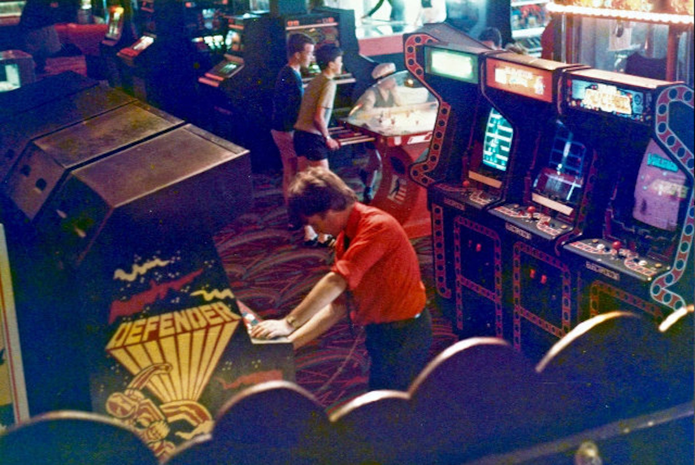 Hell und freundlich: In den englischen 80er-Jahre-Arcades sind Kinder und Jugendliche willkommen. (Bild: Dave Smith)