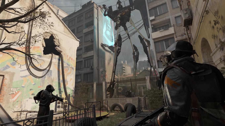 Einblicke in City 17. Auf der Straße patrouilliert ein Strider, aber dieser ist anders, mit seltsamen Metallteilen an den Beinen und einer Plattform, die einen Soldaten der Combine auf dem Kopf trägt. Ein früher Prototyp? Man beachte auch die vielen Details, wie z.B. die Wandbemalung, die City 17 Charakter verleihen. (Bild: Valve)