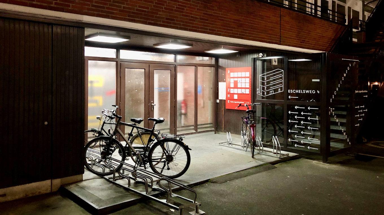 Eine versteckte Welt im Hamburger Hinterhof: der Eingang zum Makerspace Attraktor. (Bild: André Eymann)