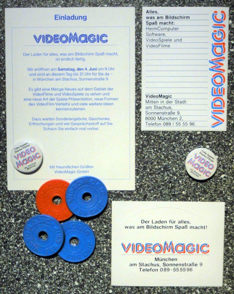 Gesammelte Erinnerungen an VideoMagic: Sticker, Buttons und Fon-Chips. (Bild: Guido Frank)