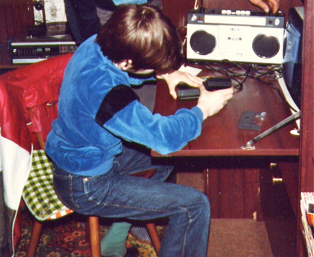 Beim Einstecken der ZX81 16K RAM-Speichererweiterung. (Bild: André Eymann)