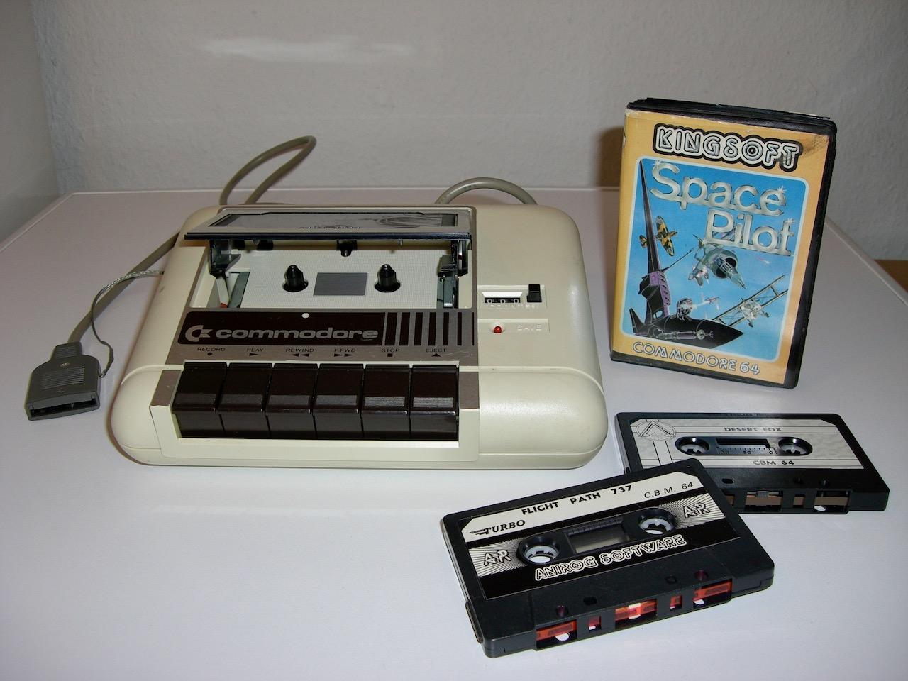 Commodore Datasette (Modell C2N) von 1984 mit verschiedenen Programmkassetten. (Bild: André Eymann)