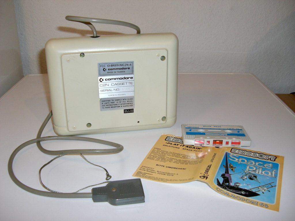 Die Unterseite der Commodore Datasette (Modell C2N) von 1984 mit dem Spiel Space Pilot von Kingsoft. (Bild: André Eymann)