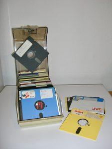 Eine typische Diskettenbox – prall gefüllt mit 5¼-Zoll-Disketten. (Bild: André Eymann)