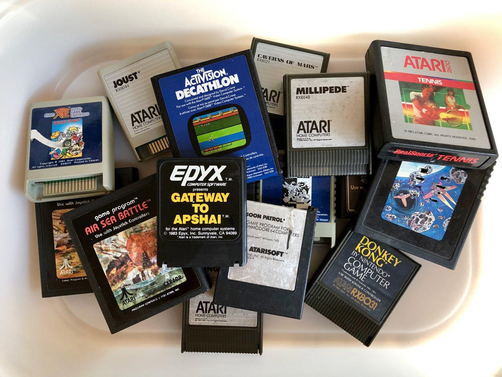 Verschiedene Steckmodule für Atari und Commodore aus der heimischen Sammlung. (Bild: André Eymann)