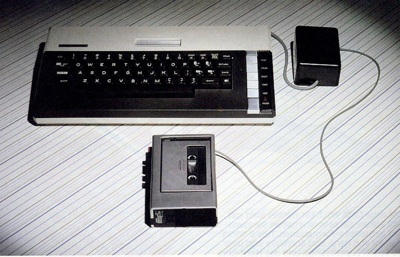 Ein Atari 800 XL Heimcomputer von 1983 mit einem angeschlossenen Kassettenlaufwerk. (Bild: Atari)