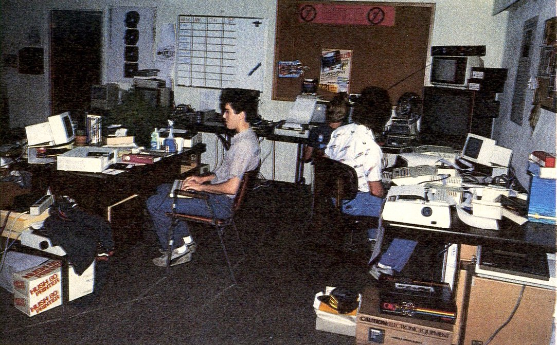 Programmierer in den Achtzigern bei Brøderbund in den USA. Ein kreativ-entspannter Arbeitsstil. (Bild: Markt & Technik Verlag)