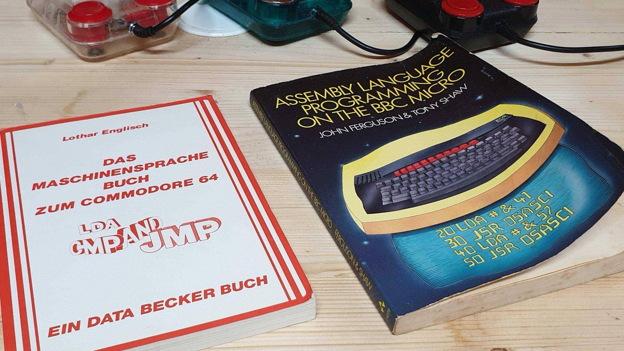 Zwei meiner C64 und BBC Micro Assembler Bücher. (Bild: Gerrit Ludwig)