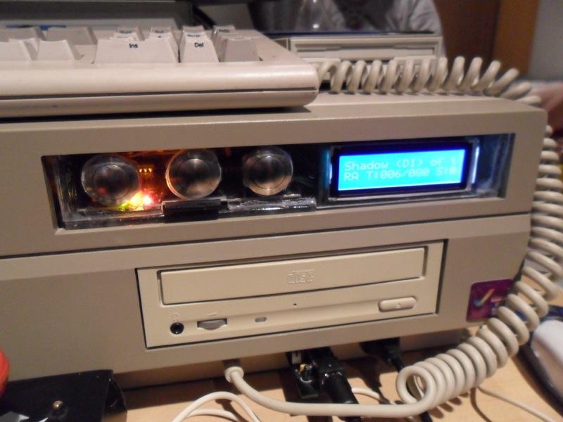 Ein gemoddetes Amiga 2000 Gehäuse. Dort wo einst die Diskettenlaufwerke waren, befindet sich nun eine Hardwareerweiterung. (Bild: Thomas Daden, http://www.thomas-daden.de)